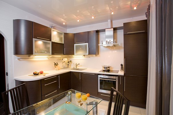 Дизайн кухни в бело коричневых тонах
