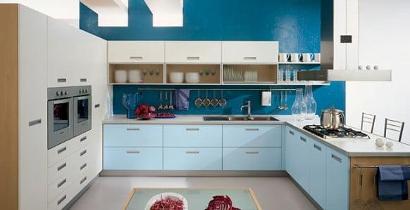 синий фартук на кухне