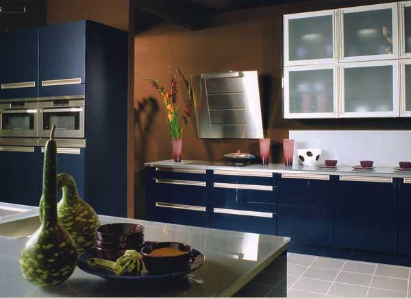 синий с коричневым на кухне