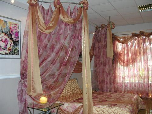 розовый баодахин у кровати