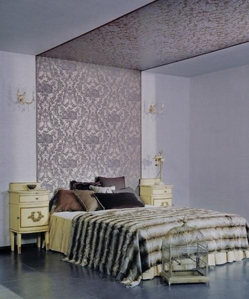 Дизайн потолка в спальне обоями