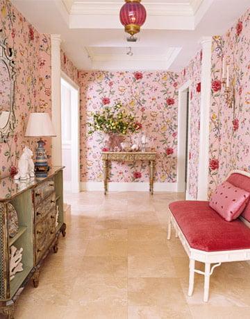 розовые цветы на стене