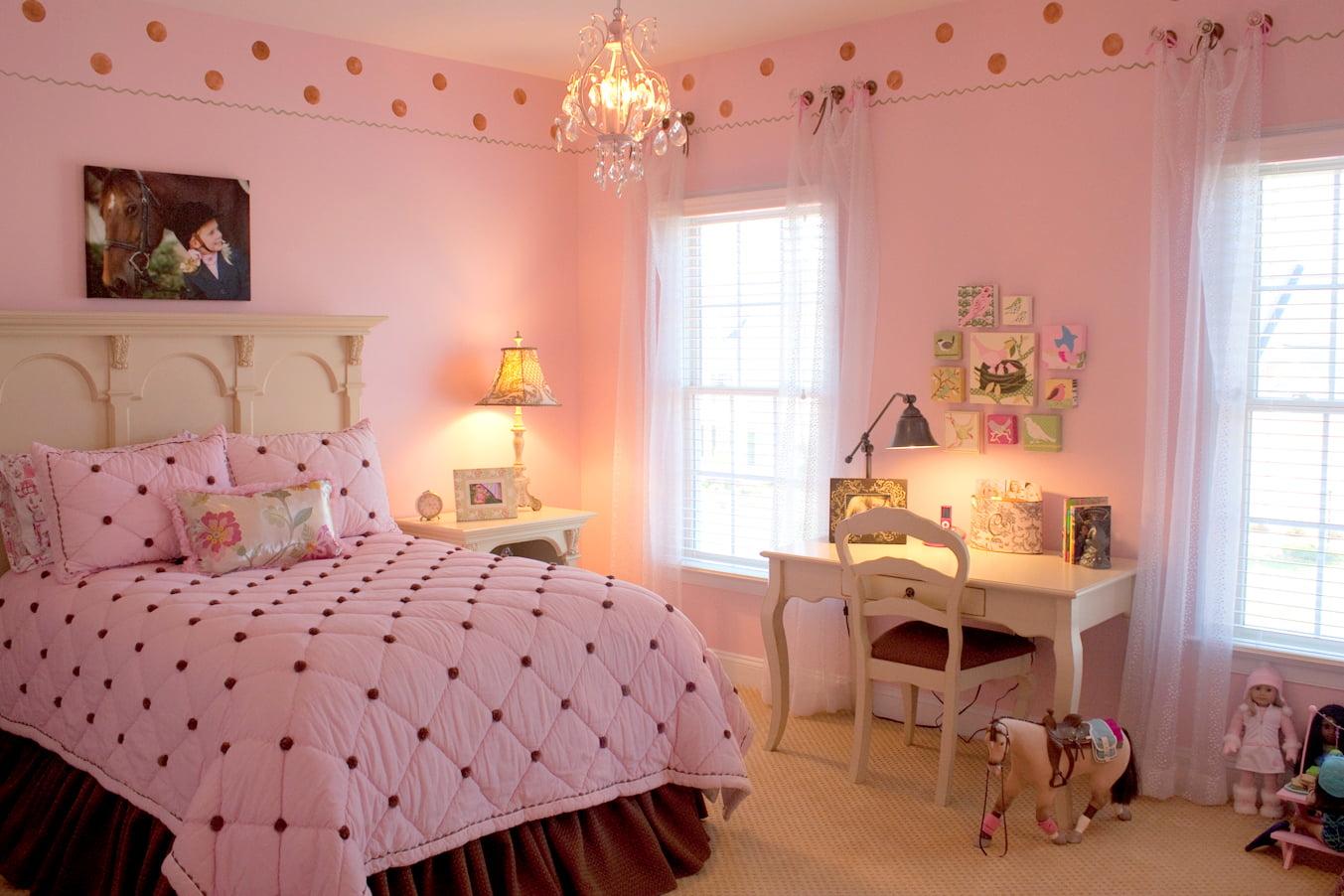Спальня с розовыми обоями фото